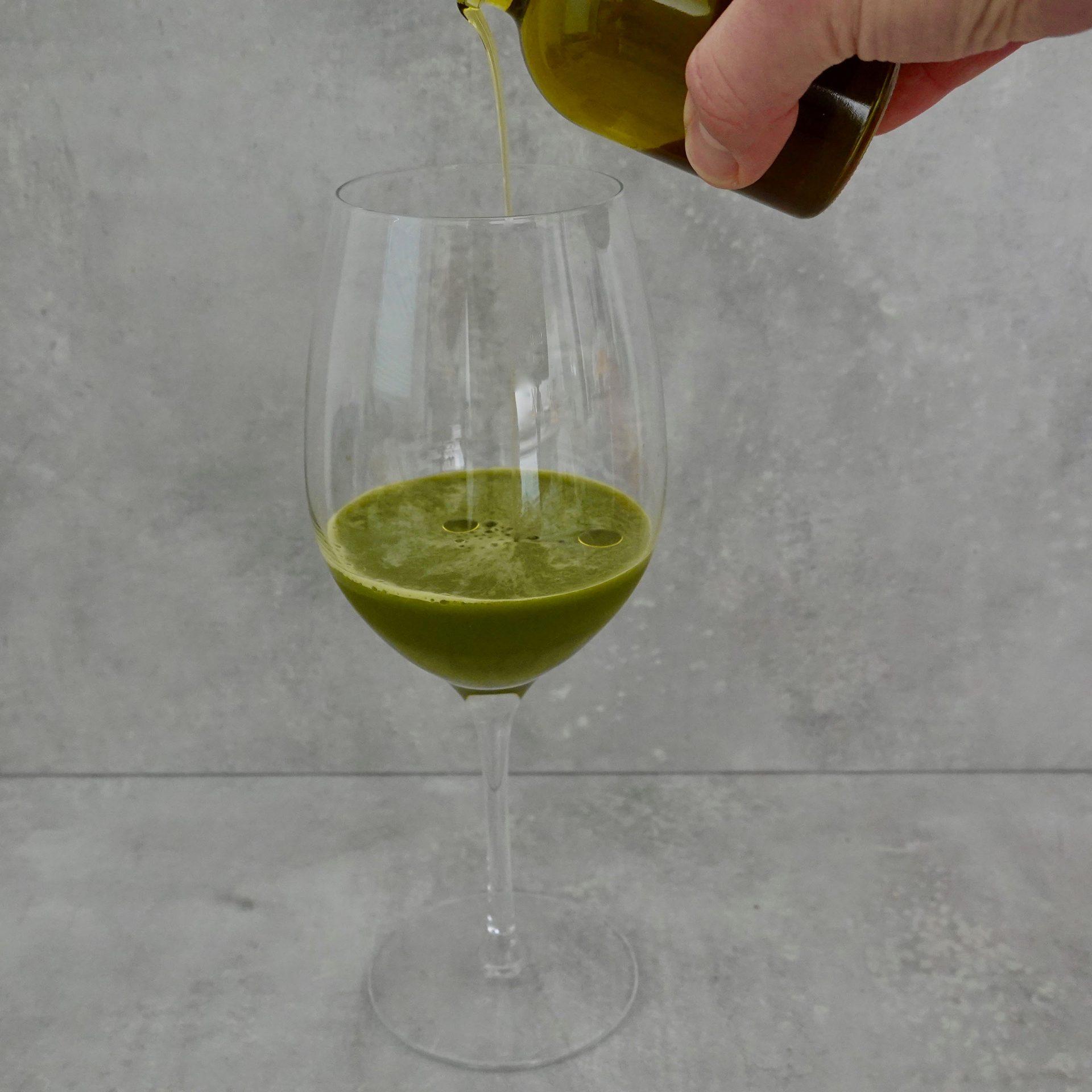 Der Kohlsaft wird ins Weinglas geschenkt