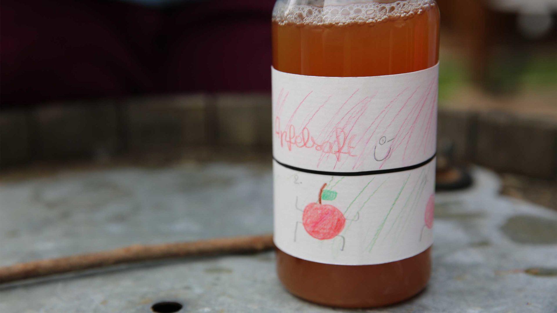 Bei MILK. Mahlzeit entstehen individuelle Etiketten für den Apfelsaft