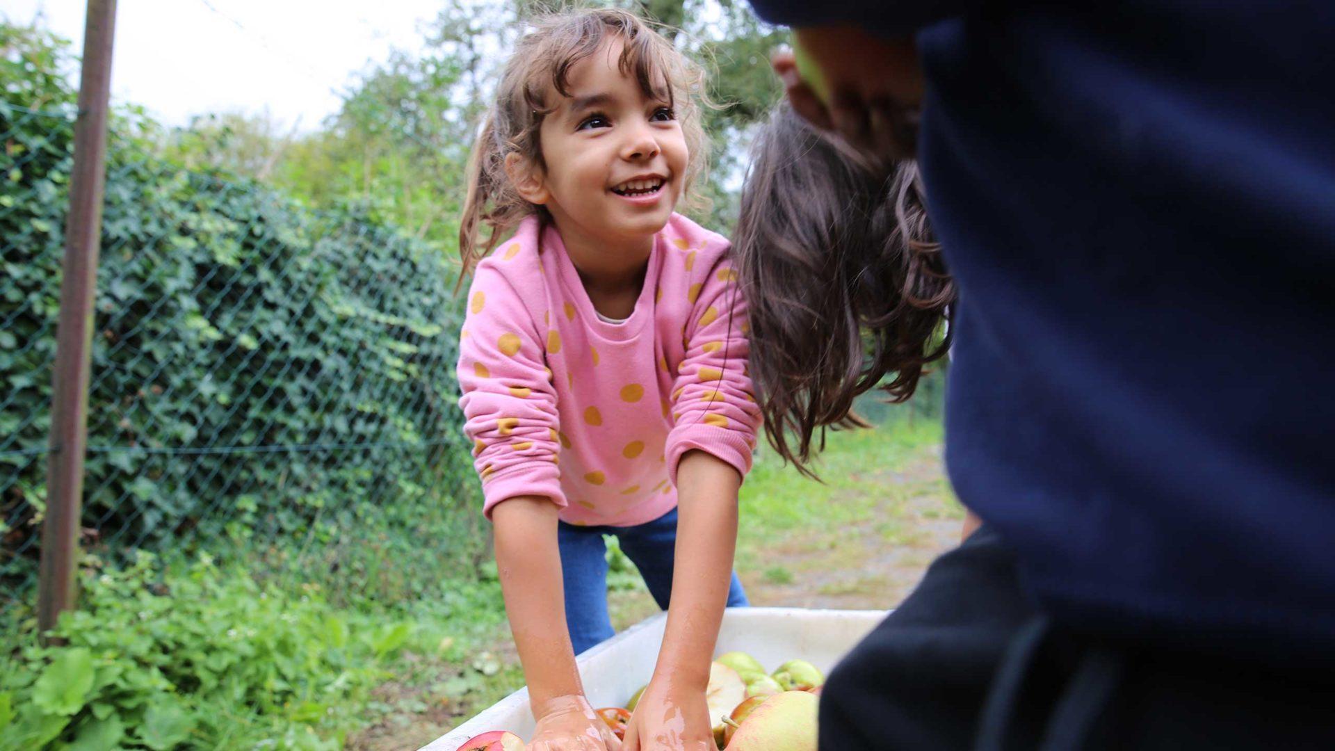 Bei der MILK. Mahlzeit Aktion werden die Steuobst-Äpfel gewaschen.