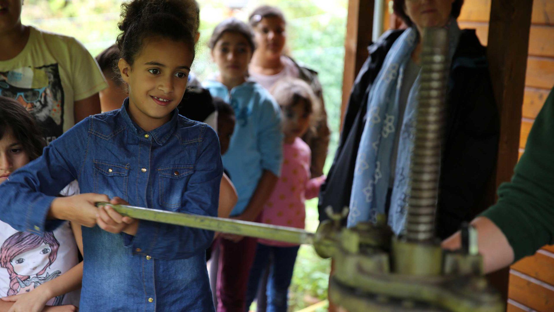 Abwechselnd dürfen die Kinder die Streuobst-Äpfel pressen.