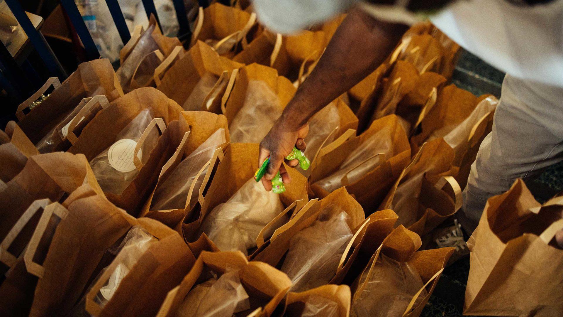 Aktion Mahlzeit. Die Kinder bekommen nicht nur eine Backmischung gegen die Langeweile sondern auch einen kleinen Osterhasen.