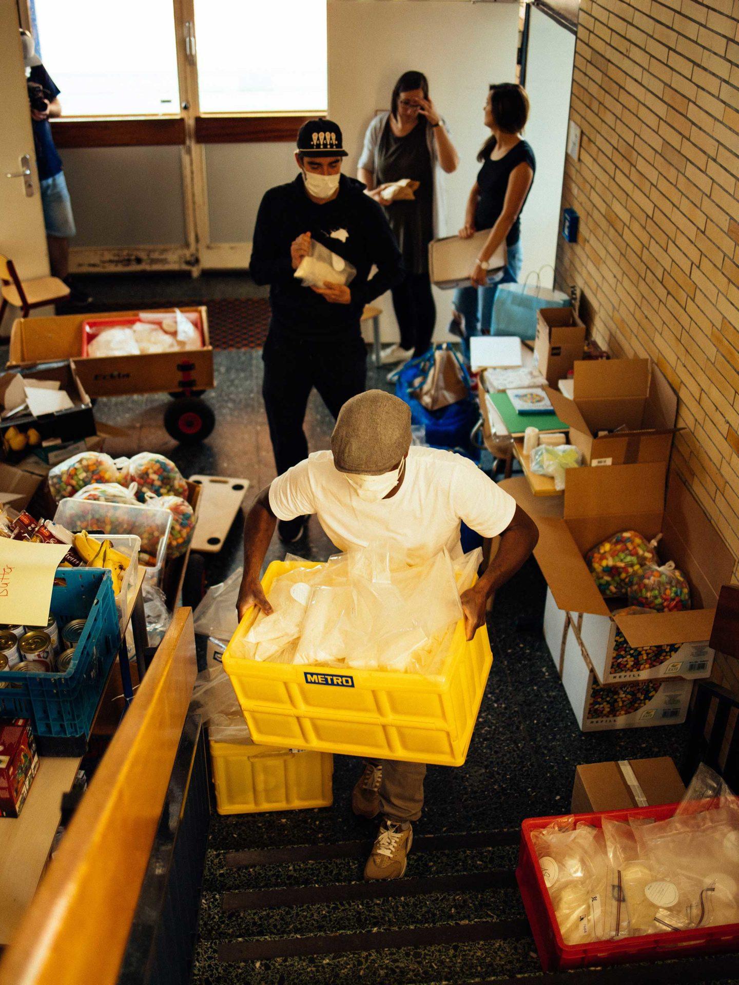 Aktion Mahlzeit Backen. Das Team stellt die fertigen Backmischungen für die Kinder zusammen.