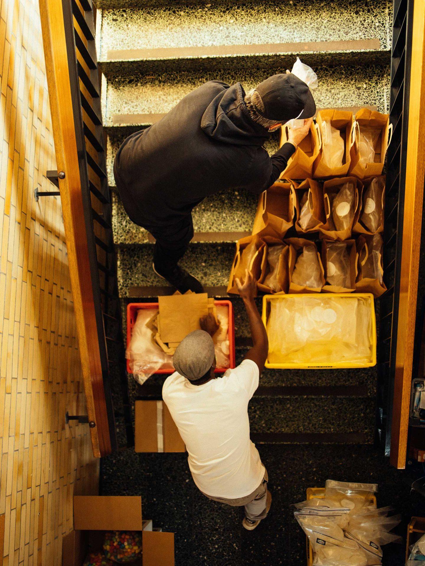 Aktion Mahlzeit Backen. Andreas und Daph stellen die fertigen Backmischungen für die Kinder zusammen.