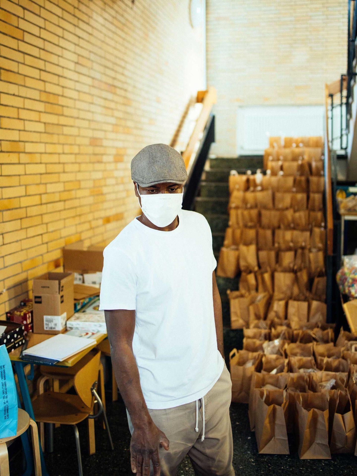 Aktion Mahlzeit Backen. Daph stellt die fertigen Backmischungen für die Kinder zusammen.