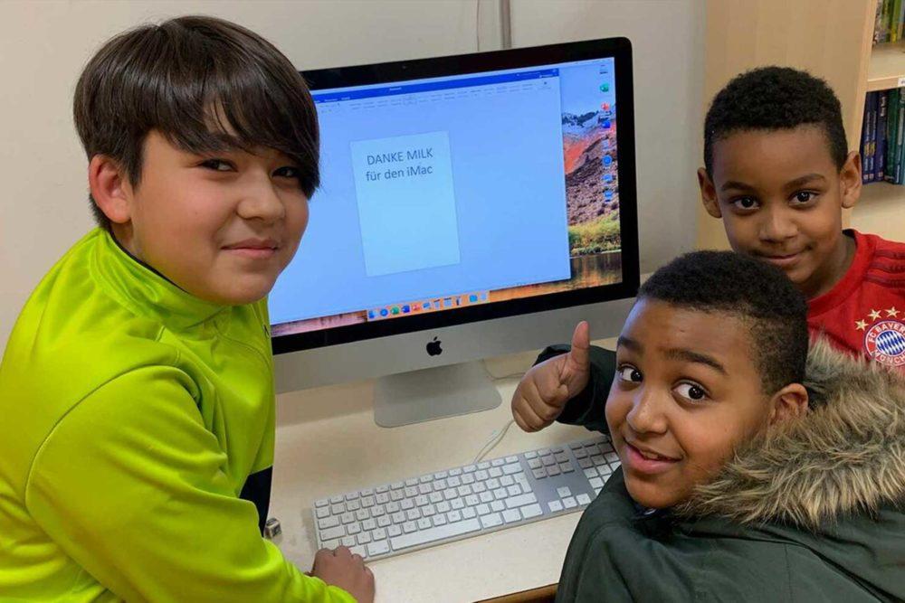 MILK. Aktion Mahlzeit. Die Kinder freuen sich über den neuen iMac.