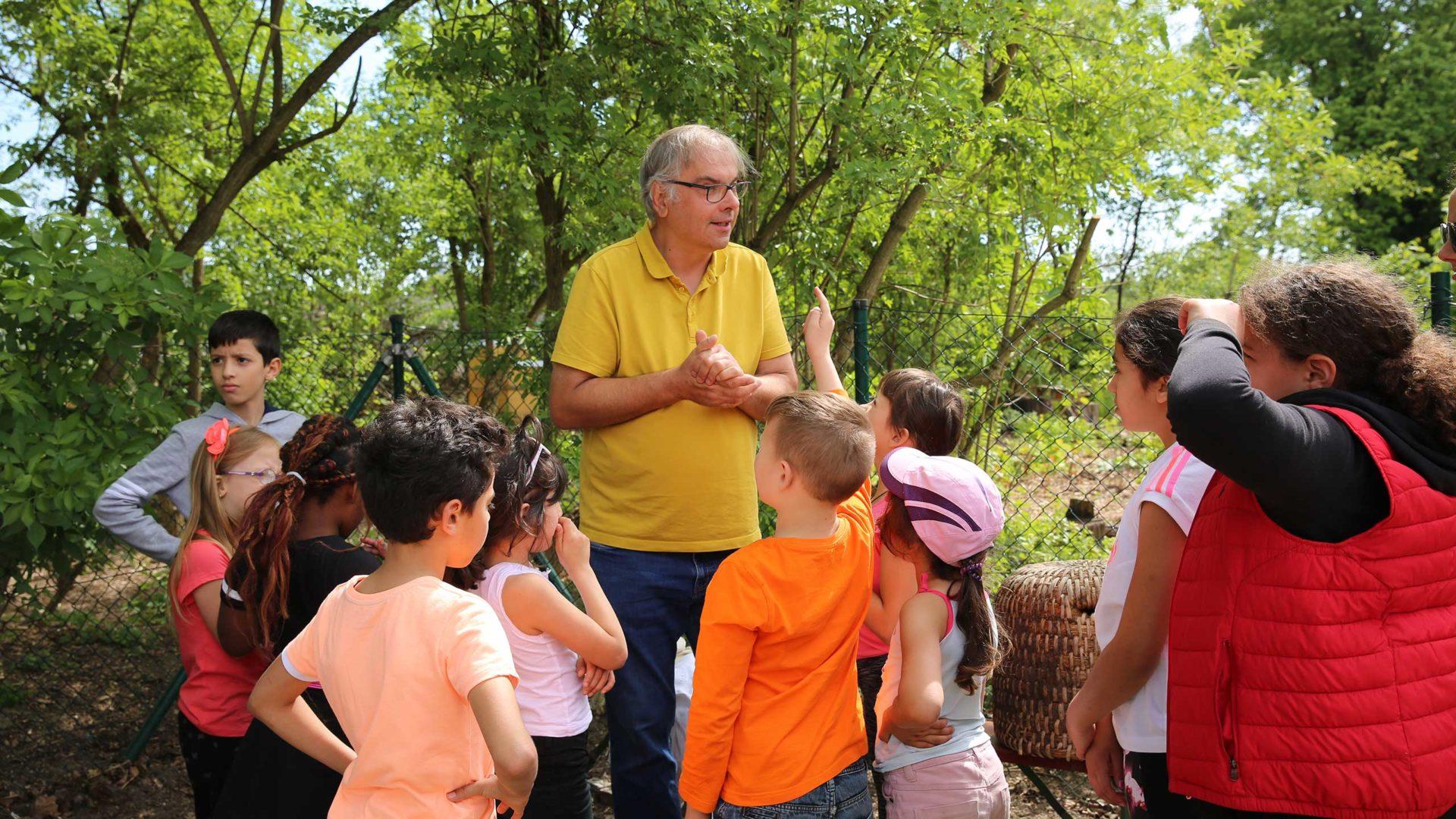 Aktion Mahlzeit bei den Imkern. Die Kinder bekommen eine Einführung in die Welt des Honigs und sind super begeistert dabei. So macht lernen Spaß.