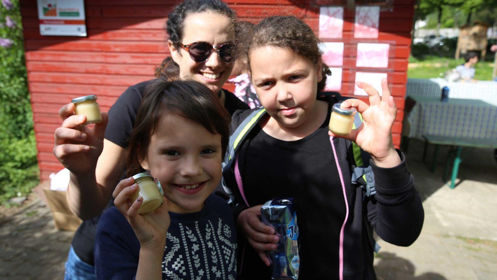 Aktion Mahlzeit bei den Imkern. Die Kinder Präsentieren stolz ihren Honig.