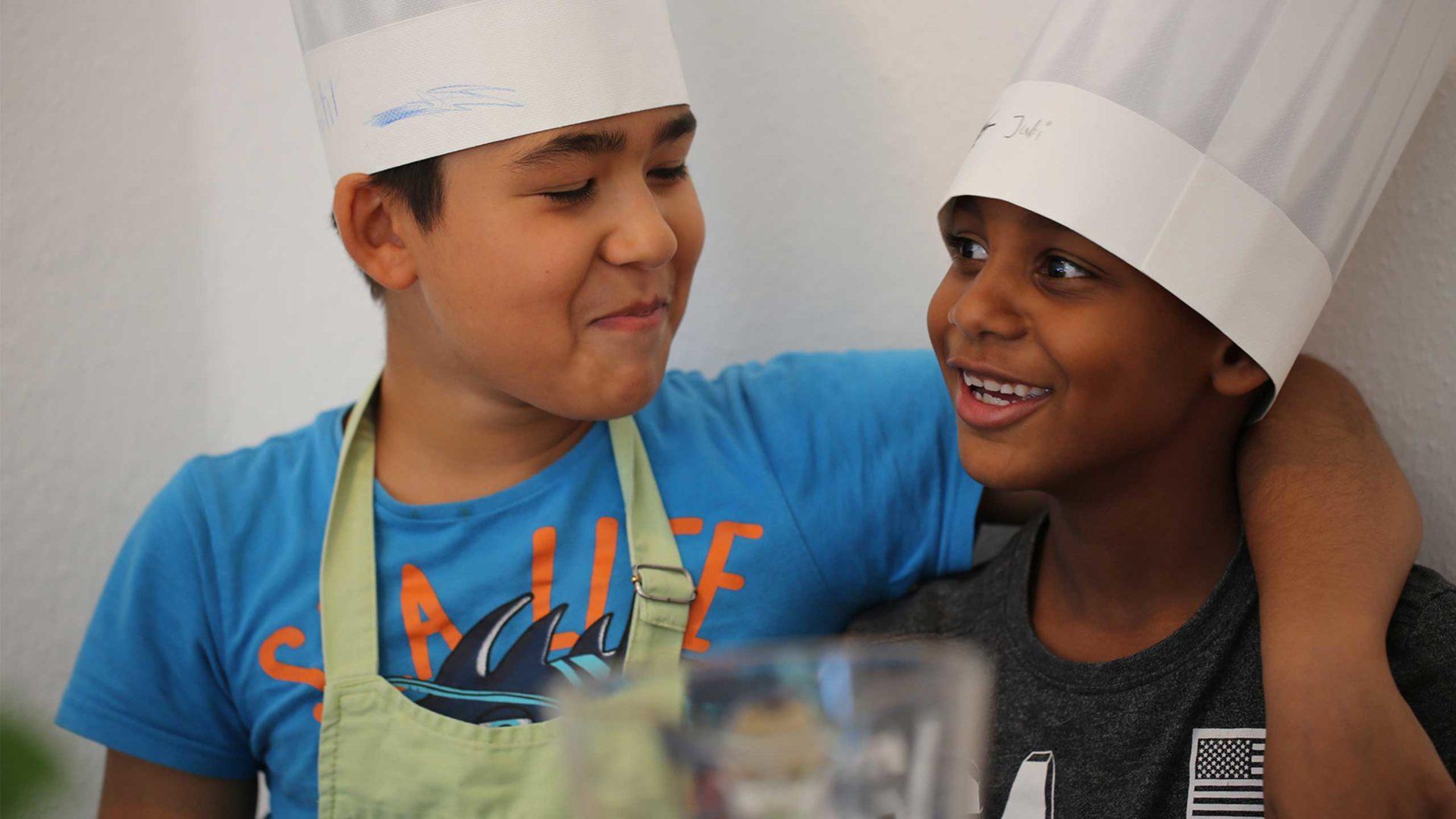 Kochen und Backen verbindet. Die Kinder verstehen sich untereinander super.