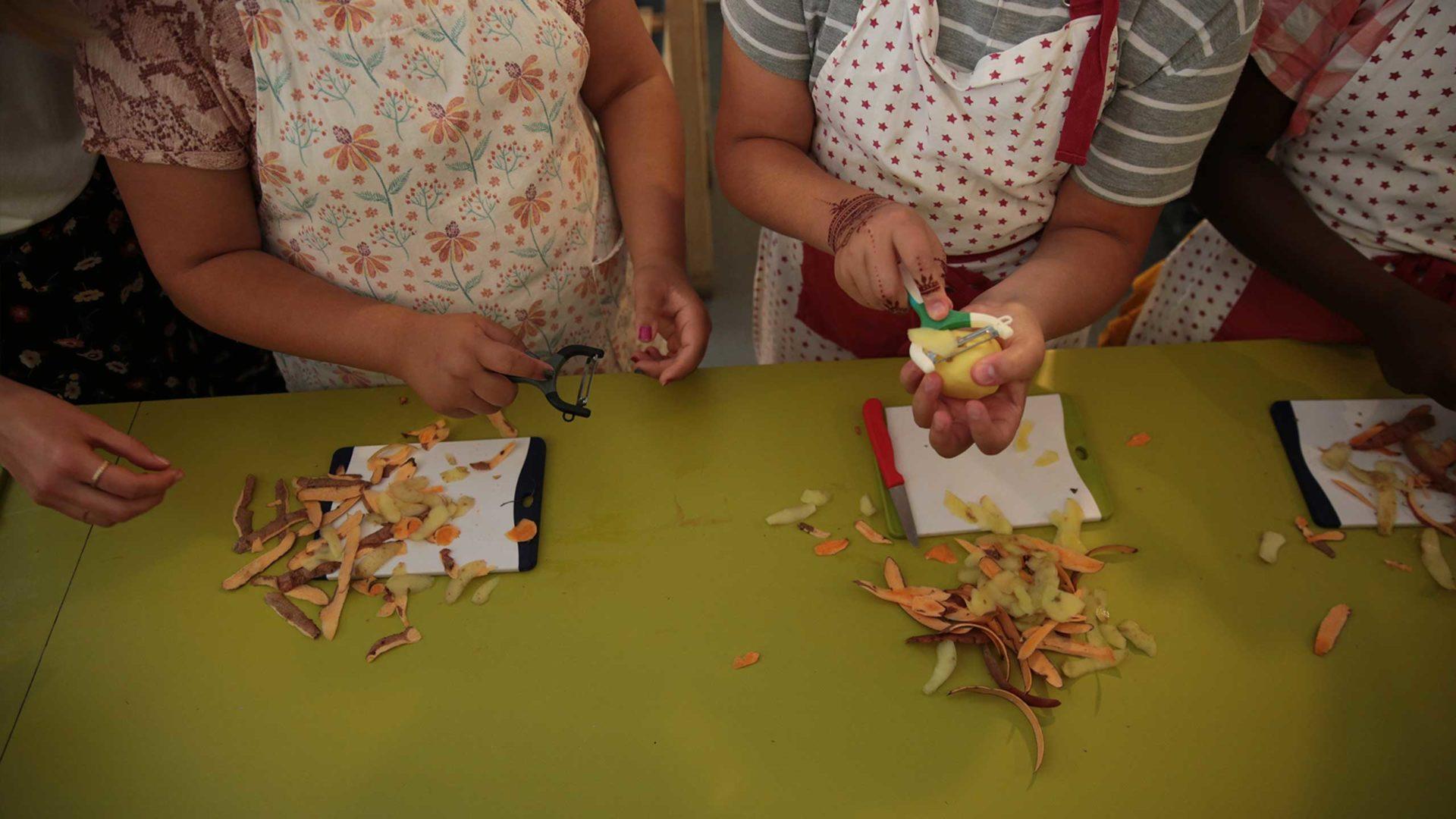 Es wird nciht nur gebacken sonder auch gekocht. Die Kids lernen wie man richtig Kartoffeln schält.
