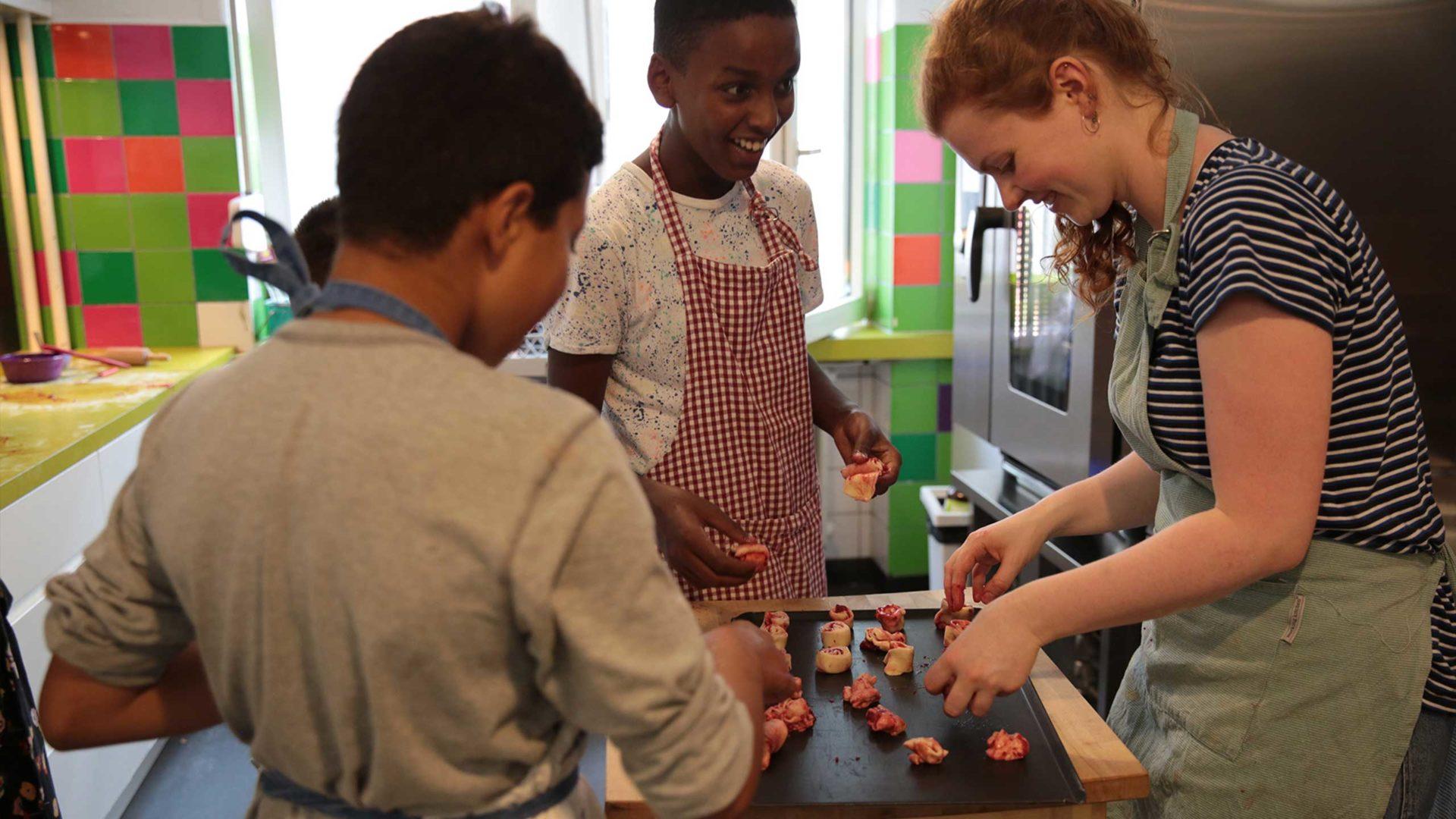 Aktion Mahlzeit. Die Kinder haben super viel Spaß beim Backen.