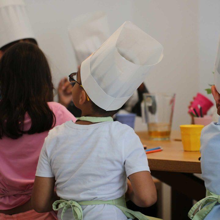 Aktion Mahlzeit. Die Kinder beim Frühstücken.