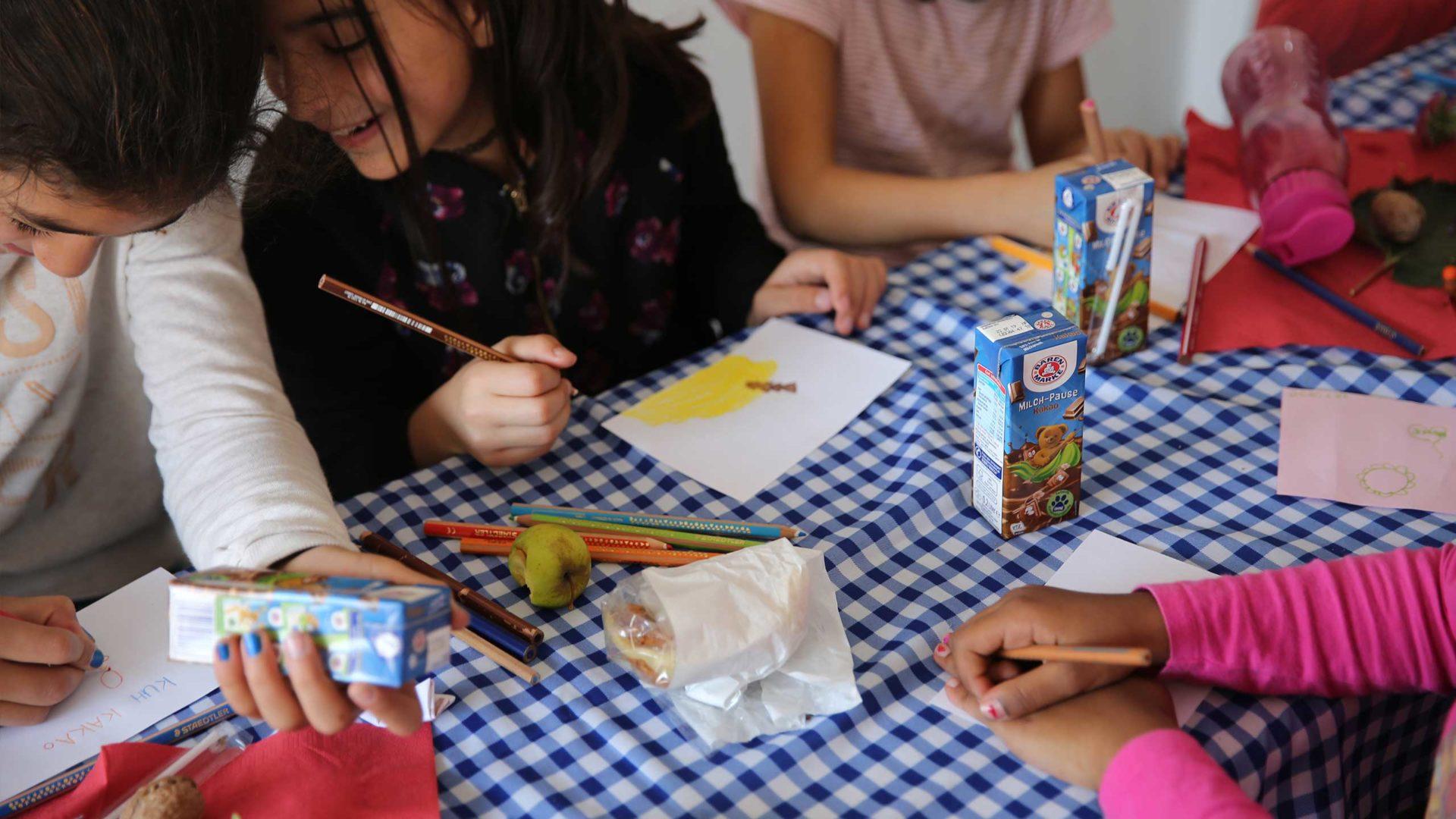Aktion Mahlzeit auf dem Milchhof. Die Kinder dürfen ihre eigene Milchverpackung gestalten. und sind super kreativ unterwegs.