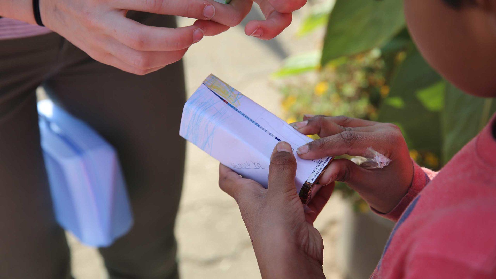 Aktion Mahlzeit auf dem Milchhof. Die Kinder dürfen ihre eigene Milchverpackung gestalten.