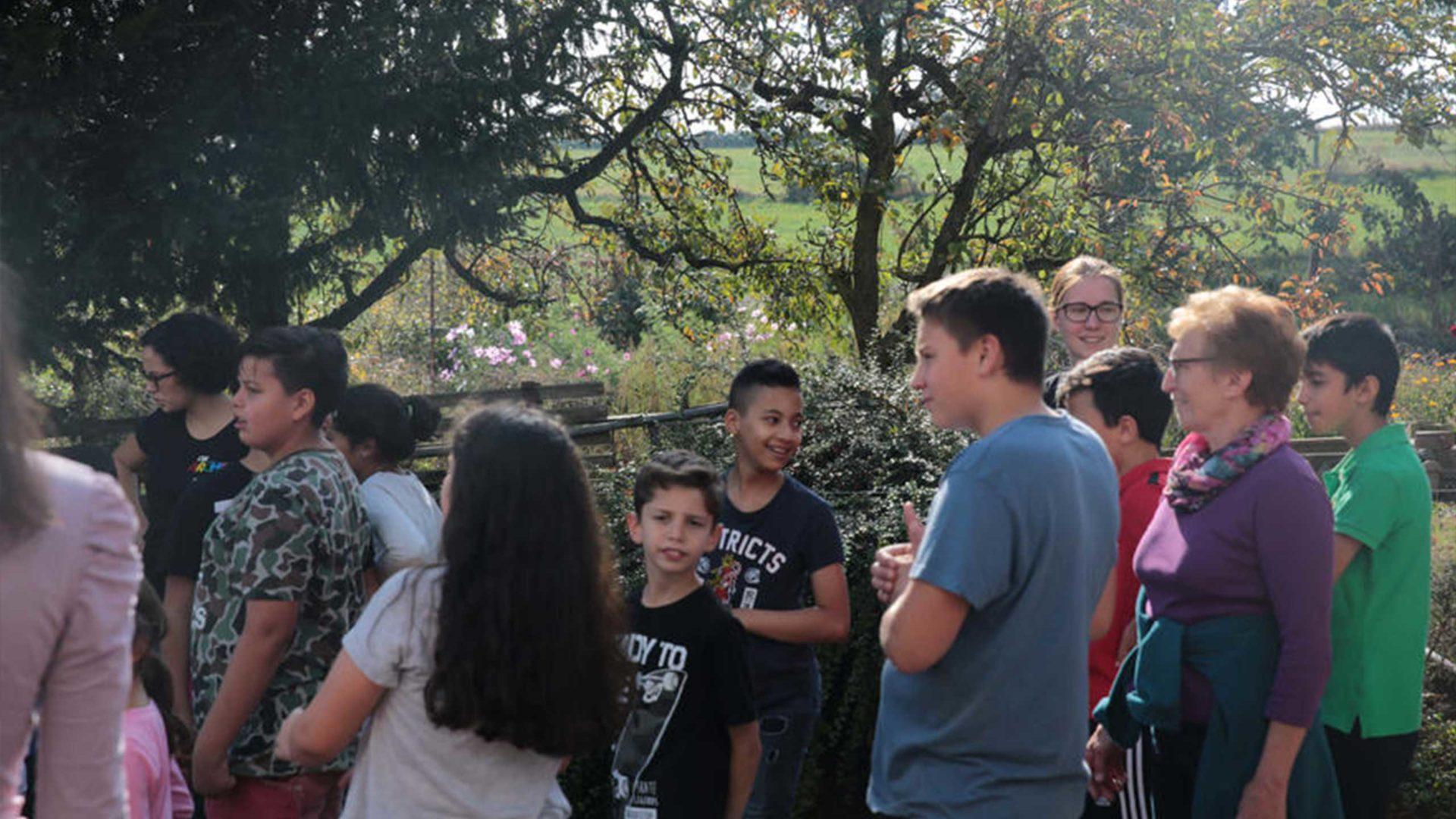 Aktion Mahlzeit auf dem Milchhof. Die Kinder bekommen eine Führung über den Milchhof.