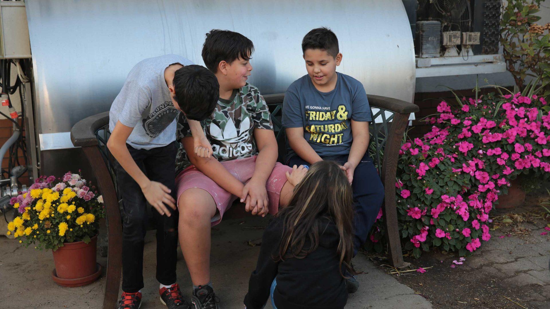 Aktion Mahlzeit auf dem Milchhof. Die Kinder machen einen kleine Pause.