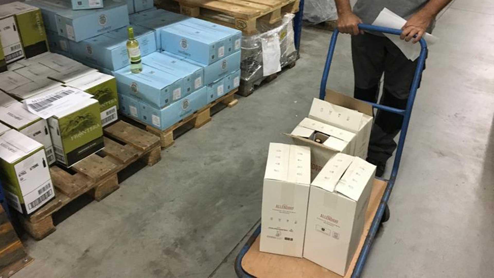 Lagermitarbeiter mit den Weinkartons