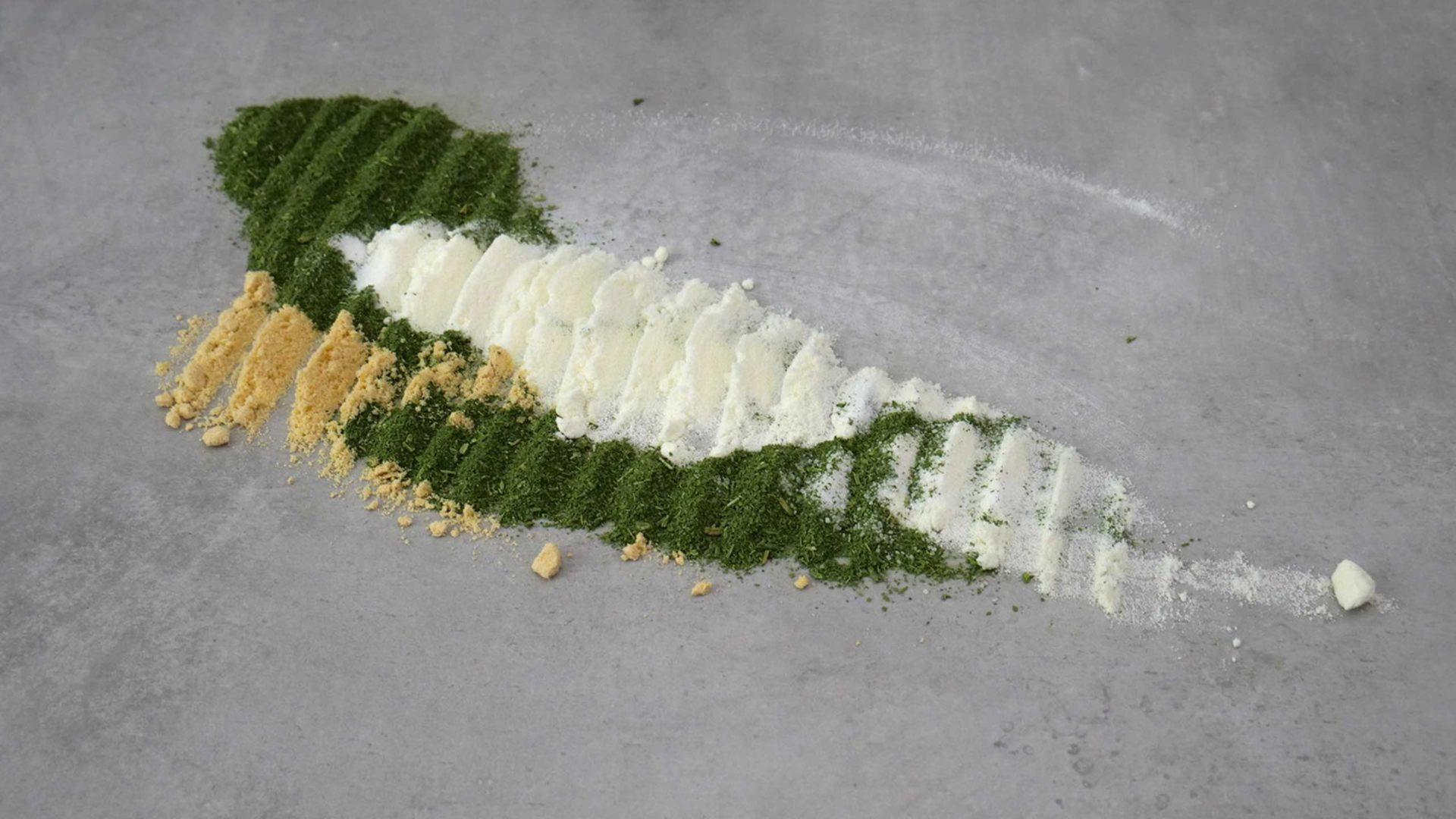 Grünes, weißes und gelbes Pulver auf Tisch