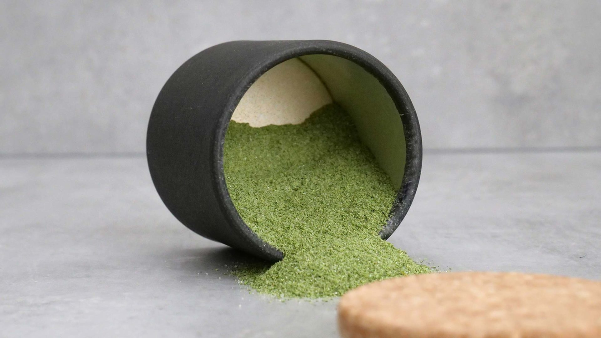 Grüne Soße Pulver in umgekippter Dose