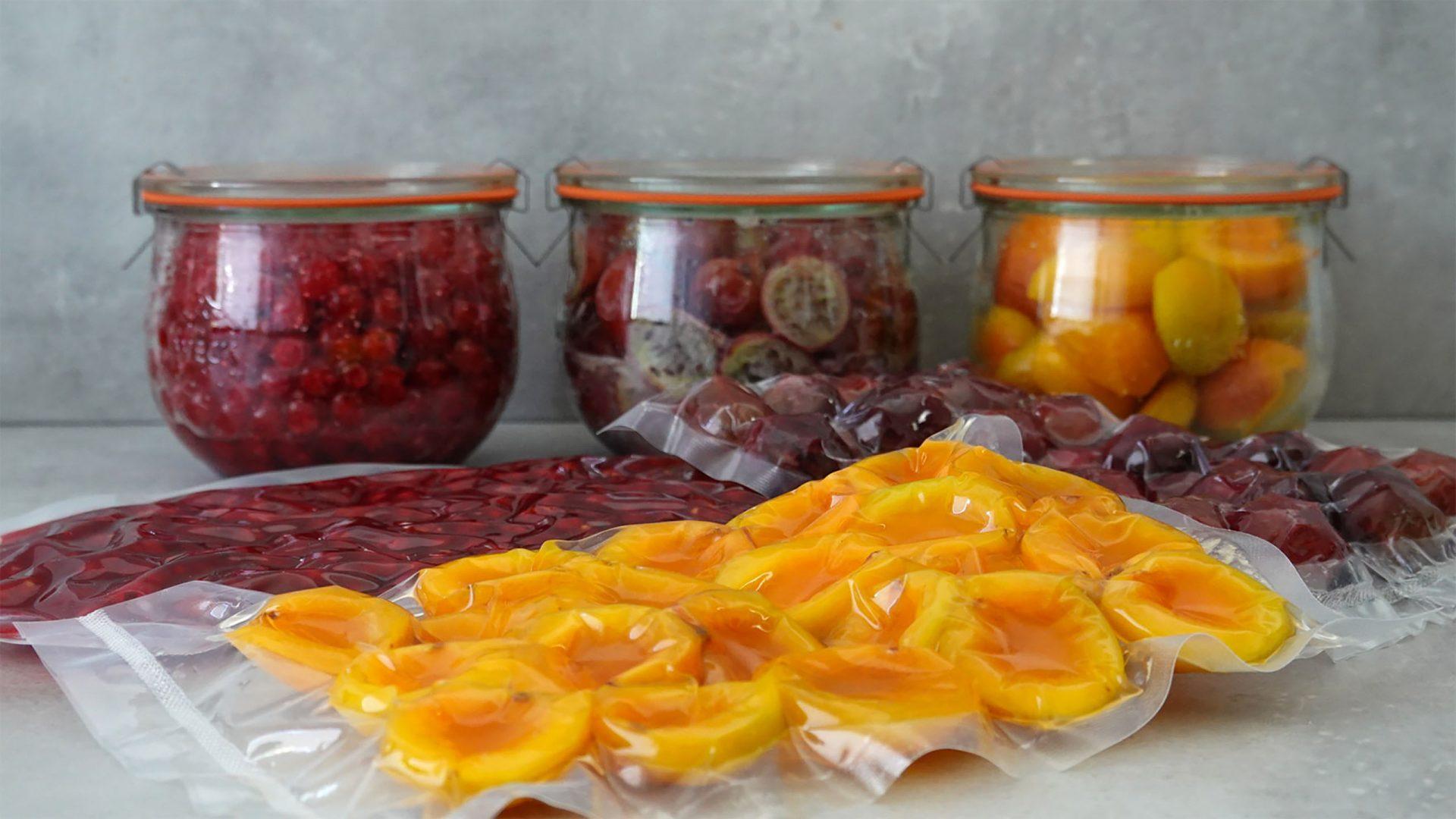 Johannisbeeren, Stachelbeeren und Aprikosen zu Beginn der Fermentationszeit