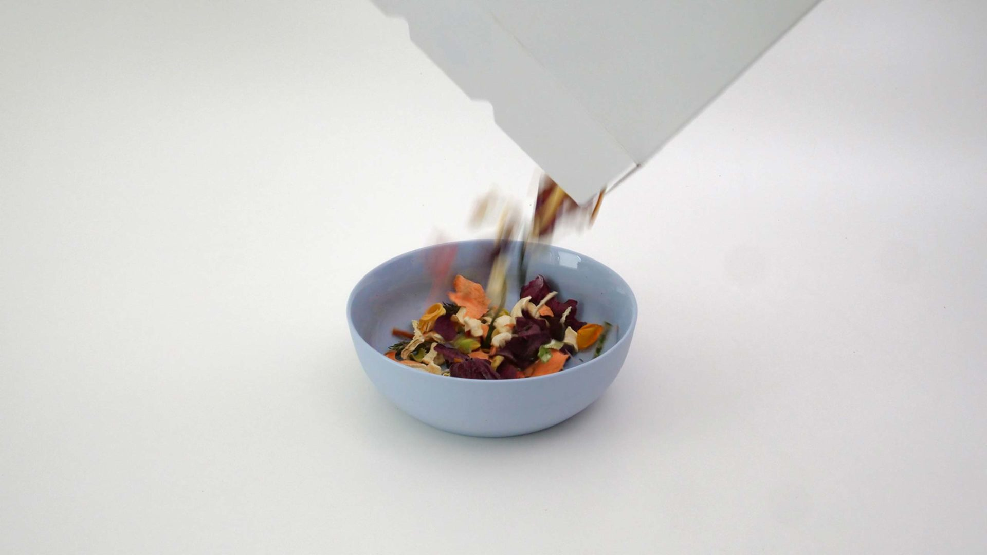 Die Gemüsli-Flakes vom Milk. Food Lab werden in eine Schüssel gegeben.