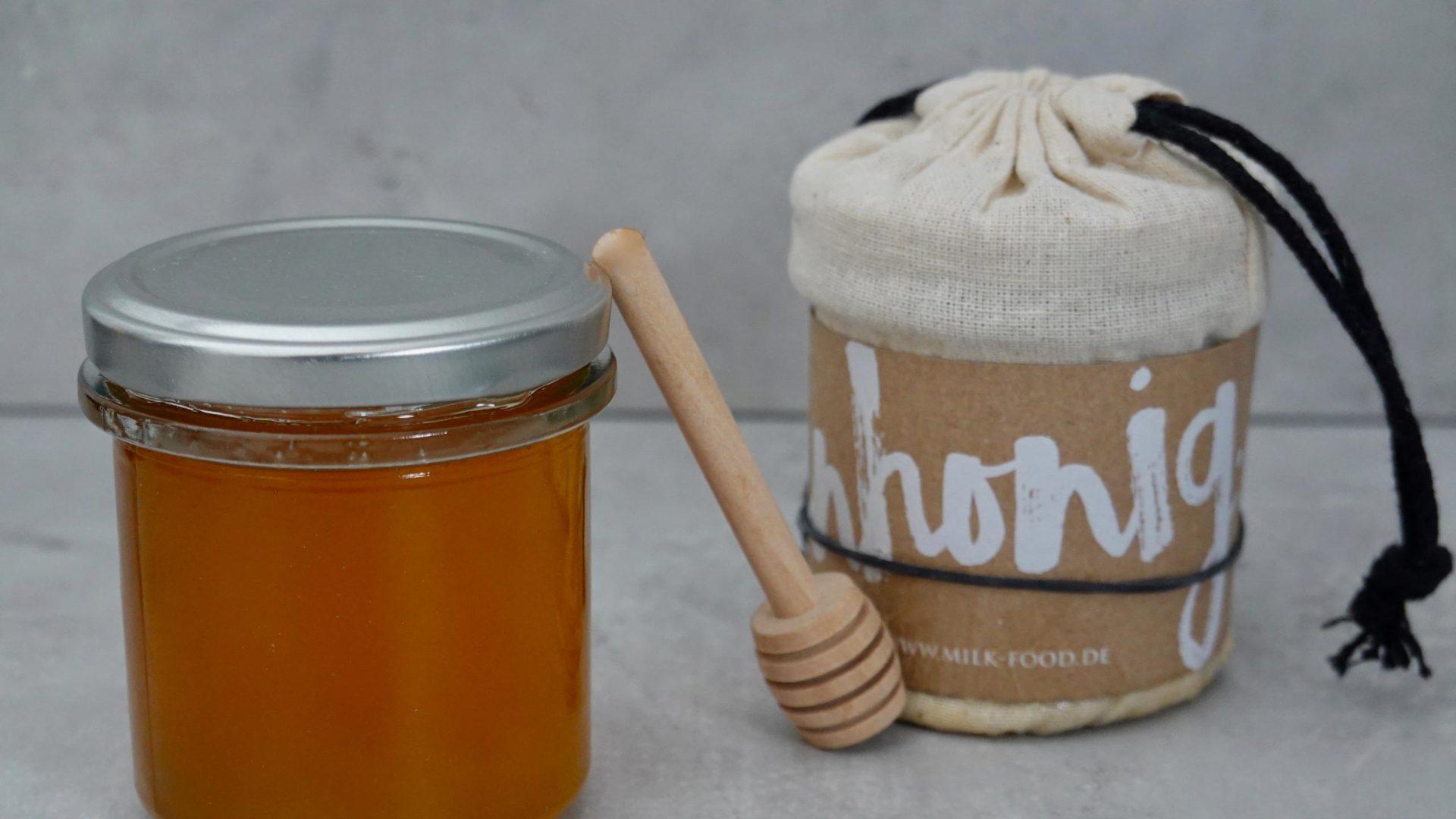 2 Honig im Glas mit Honiglöffel