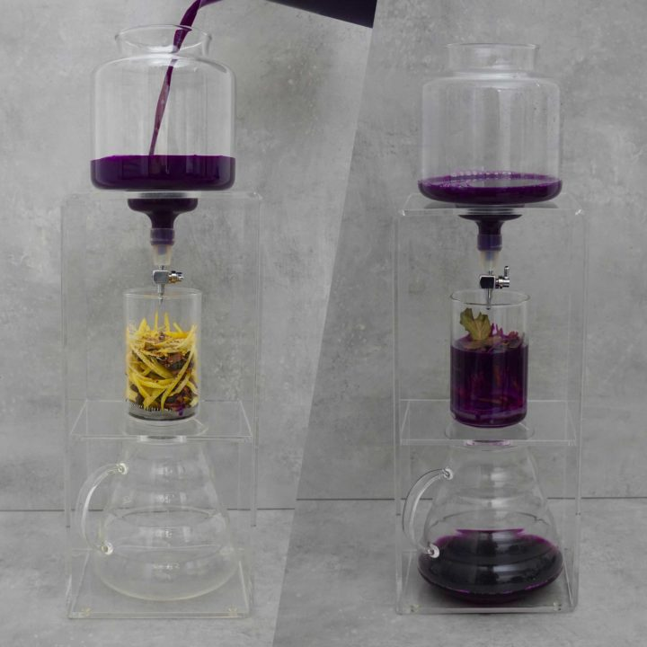 Kohla Food Lab. Um den perfekten Auszug zu bekommen, behelfen wir uns mit einer Technik aus der Kaffeezubereitung. Eine Cold-Brew Maschine ist die perfekte Grundlage hierfür. Es gibt drei Ebenen, in der oberen füllen wir den Rotkohlsaft rein, dieser tropft durch einen kleinen Hahn in die mittlere Ebene, dort liegen die Gewürze in einem Glaszylinder.
