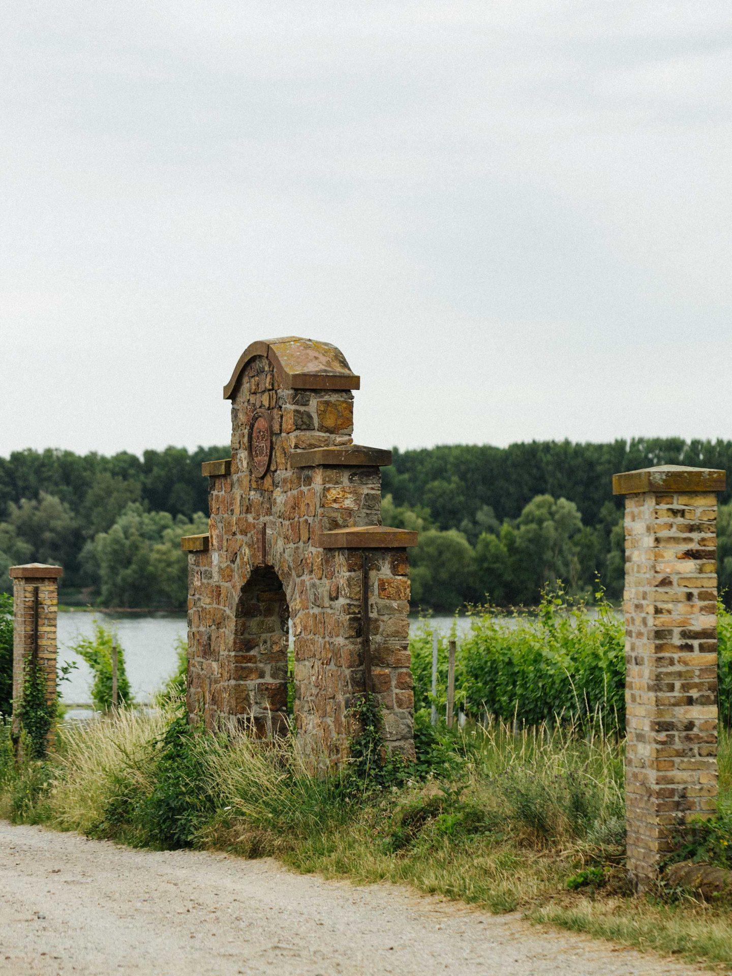 Das Tor zum Jesuitengarten mit einer tollen Umgebung
