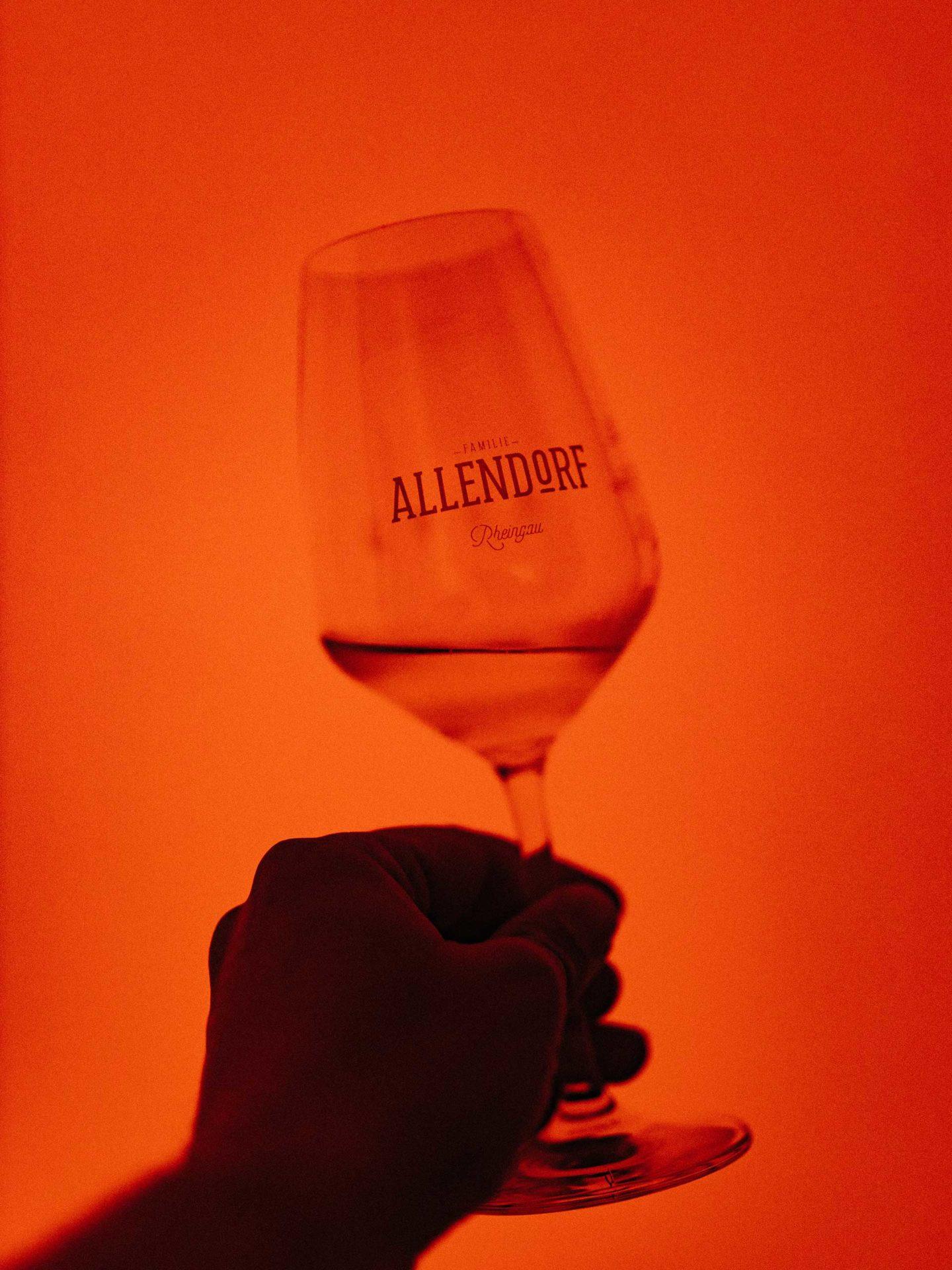 Der besondere Verkostungsraum. Felix probiert den Wein unter rotem Licht