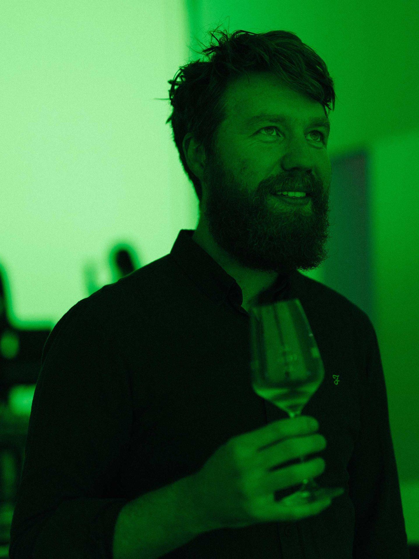 Der besondere Verkostungsraum. Felix probiert den Wein unter grünem Licht