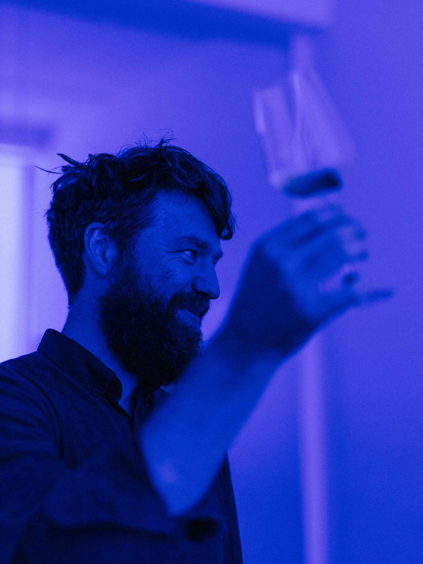 Der besondere Verkostungsraum. Prost! Felix probiert den Wein unter blauem Licht
