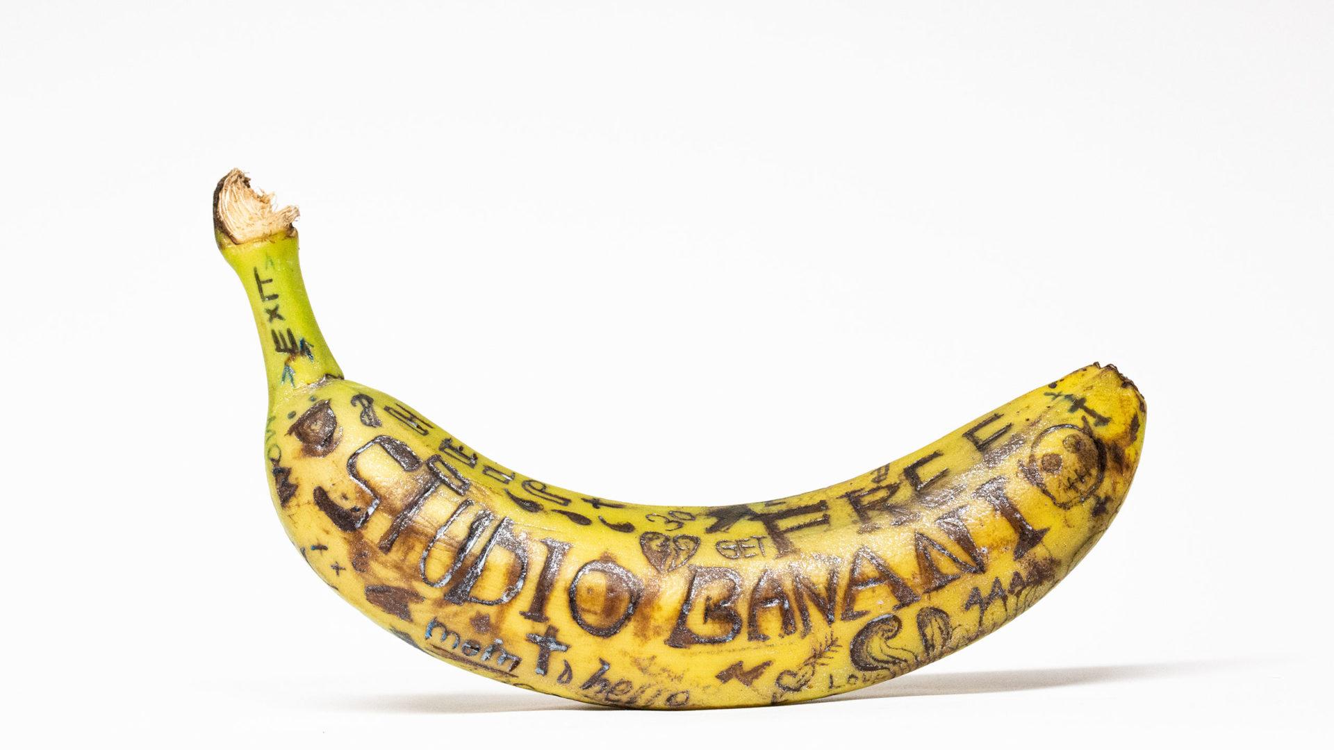 """Tattoowierte Banane. Unterschiedliche Symbole. Unteranderem tattoowiert mit dem Wort """"Studio Banani"""""""