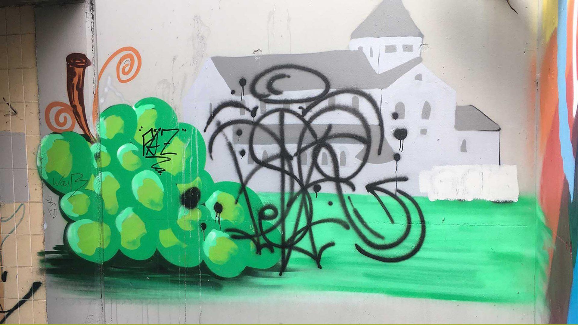 Graffiti einer Weinrispe