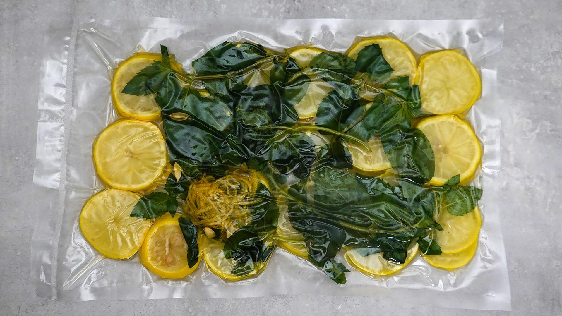 Zitronenscheiben in Minze und Karmamom