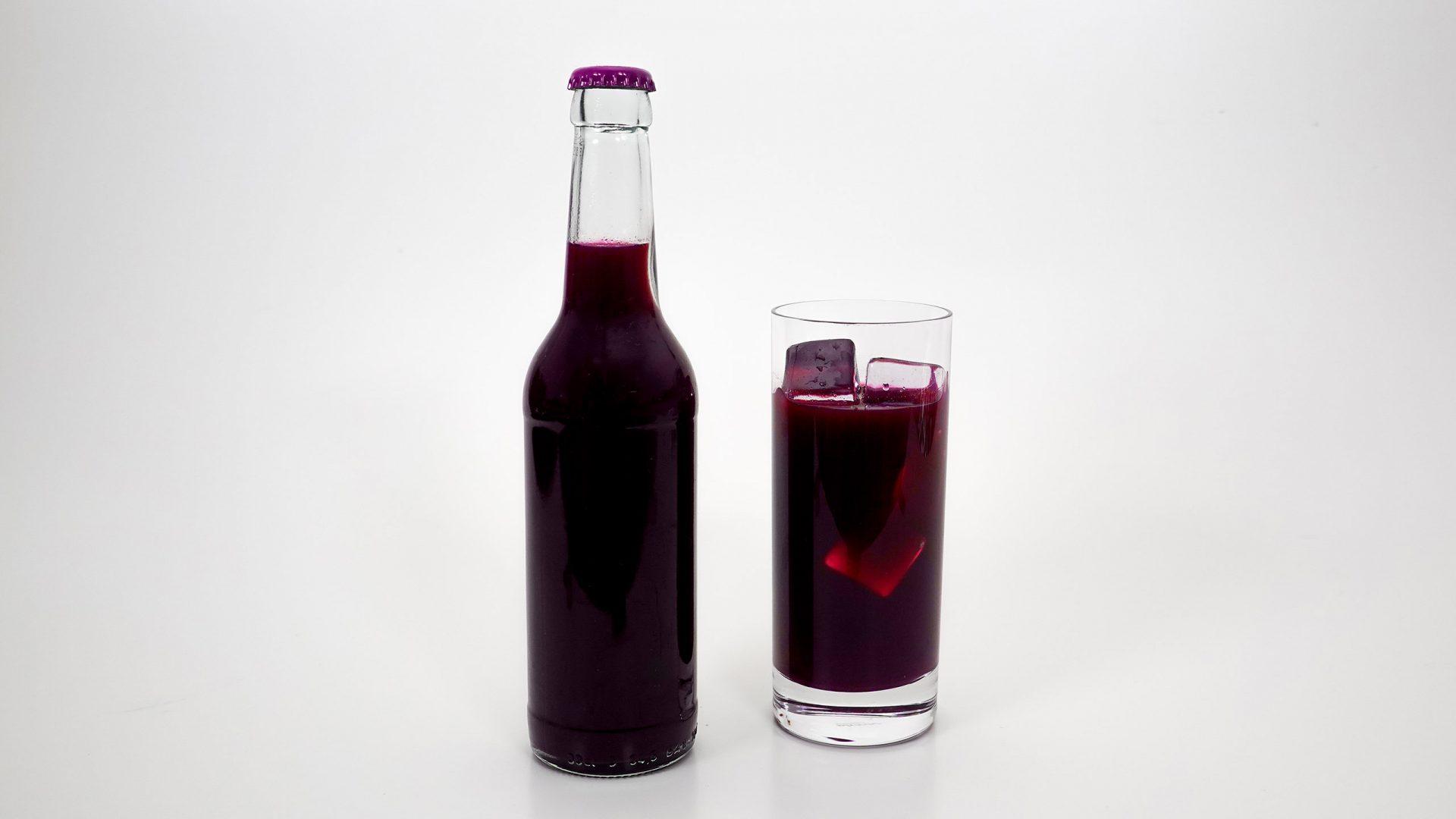 Kohla in Glasflasche und im Glas