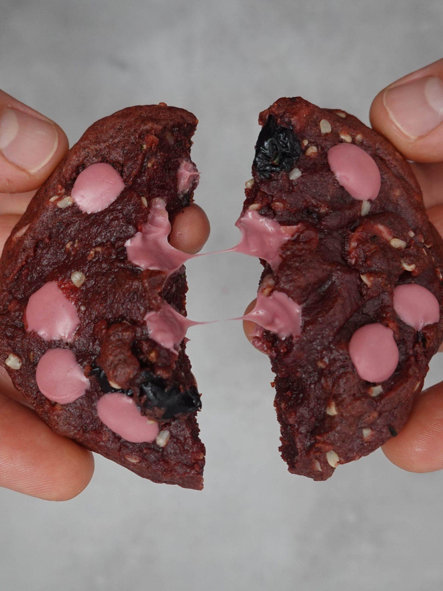 Purple Rain-Cookie in zwei geteilt mit sichtbar weicher Rubiy-Schokolade