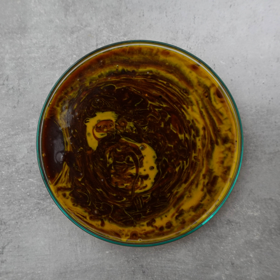 Die Dulce de Leche aus Kokosmilch in einer Glasschüssel mit Lebensmittelfarbe