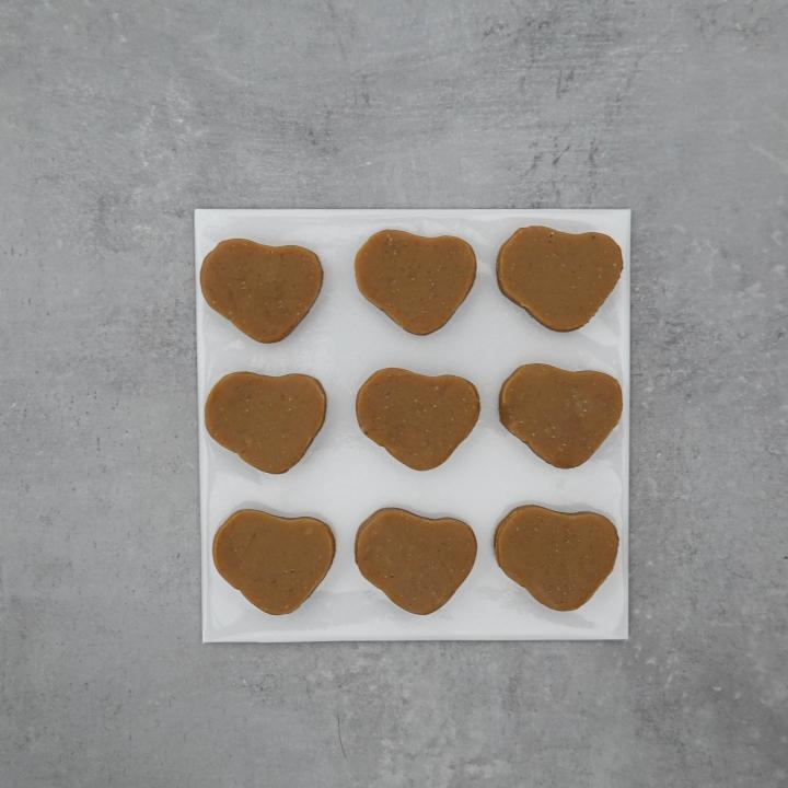 9 Amazake Bonbons auf weißem Backpapier