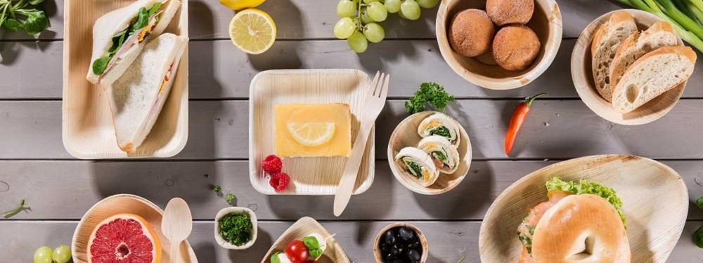 Eine Vielfalt an Lebensmitteln präsentiert sich in nachhaltigen Schalen.