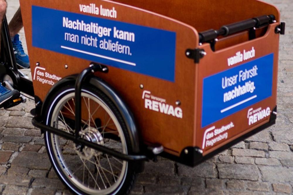 Der HolyBowly-Lieferservice liefert seine Gerichte mit CO2-neutralen Lastenrädern aus.